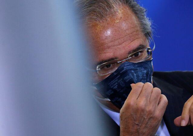 Ministro da Economia Paulo Guedes ajusa sua máscara protetora durante cerimônia de posse do novo ministro das Comunicações, Fábio Faria, em Brasília, 17 de junho de 2020