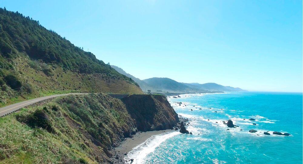 Imagem aérea de vídeo de drone mostra o ponto onde o jipe de Jennifer e Sarah Hart foi recuperado ao largo da Autoestrada da Costa Pacífica 1, perto de Westport, Califórnia, 28 de março de 2018.