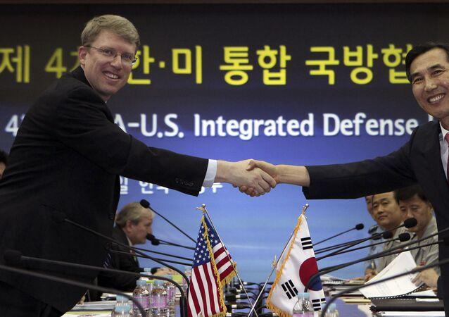 Secretário do Pentágono David Helvey cumprimenta o ministro da Defesa da Coreia do Sul, Lim Kwan-bin