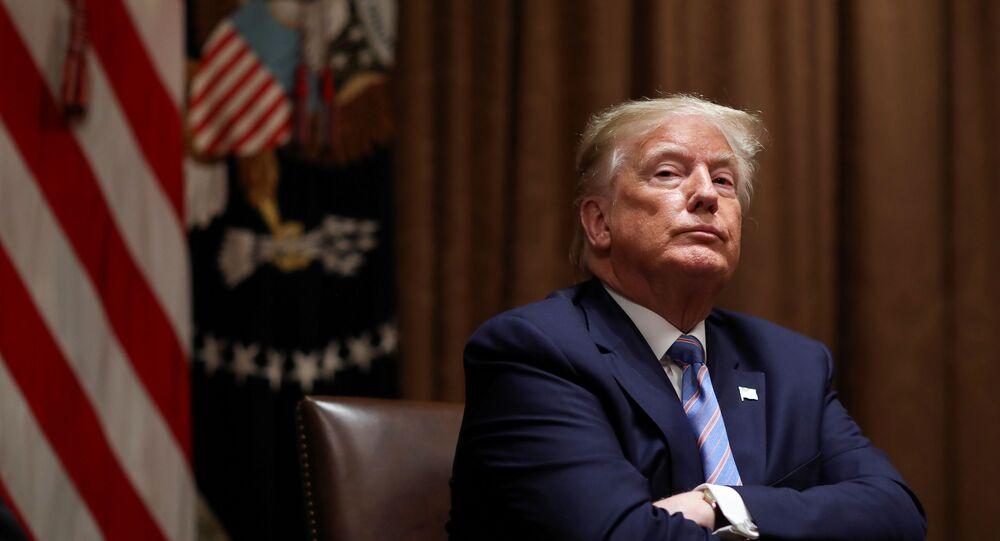 Presidente dos EUA, Donald Trump, na sala do gabinete da Casa Branca em Washington, EUA, 15 de junho de 2020