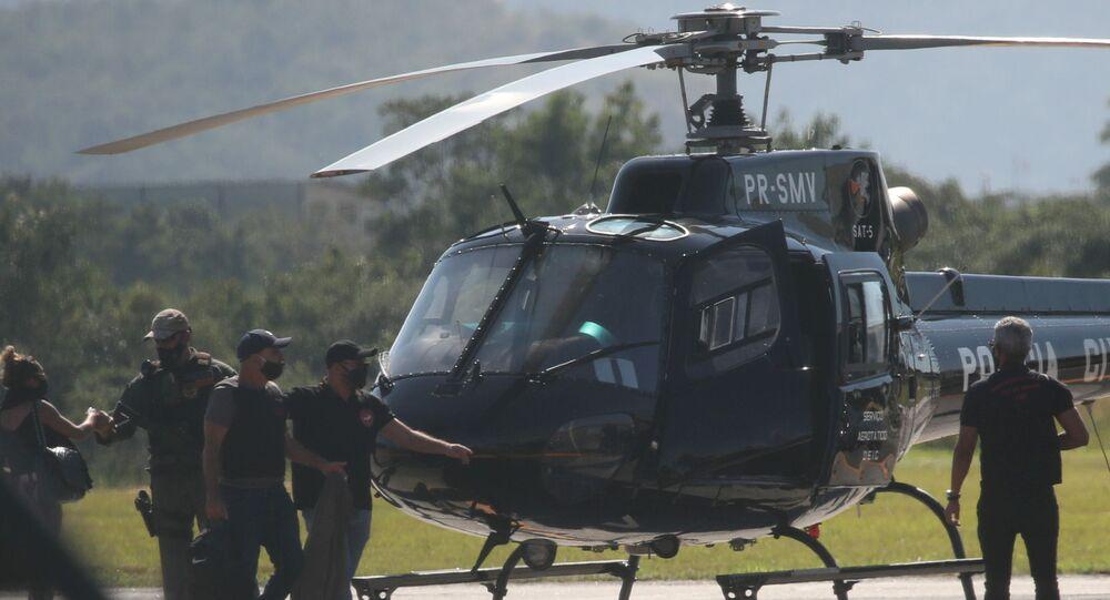 Fabrício Queiroz, ex-assessor e ex-motorista do atual senador Flávio Bolsonaro, chega no aeroporto de Jacarepaguá (RJ) em helicóptero da polícia, 18 de junho de 2020