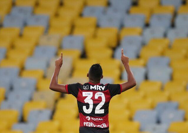 Jogador do Flamengo comemora gol em estádio do Maracanã vazio, no primeiro jogo do Campeonato Carioca desde o início da pandemia, 18 de junho de 2020