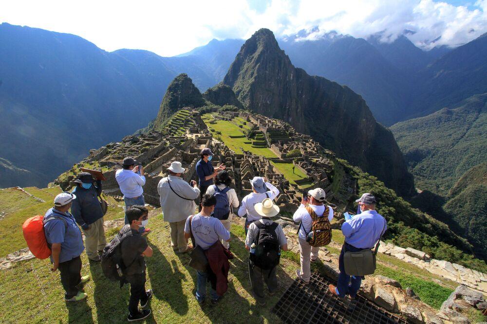 Governador de Cusco, Jean Paul Benavente, junto com especialistas, visita o sítio arqueológico de Machu Picchu