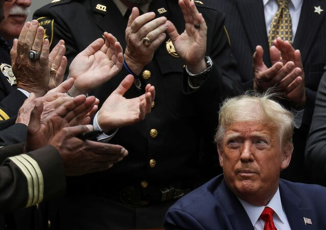 Presidente dos EUA Donald Trump é aplaudido após assinar ordem executiva de reforma da polícia no Rose Garden na Casa Branca, Washington
