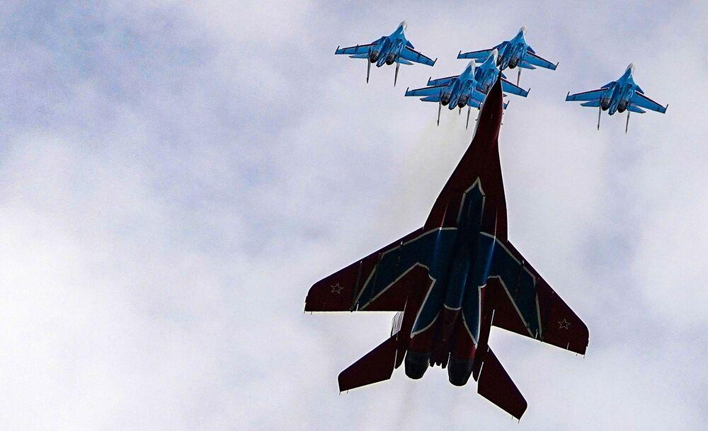 Caças MiG-29 e Su-30SM das esquadrilhas acrobáticas Russkye Vityazi e Strizhi durante ensaio do desfile aéreo da Parada da Vitória