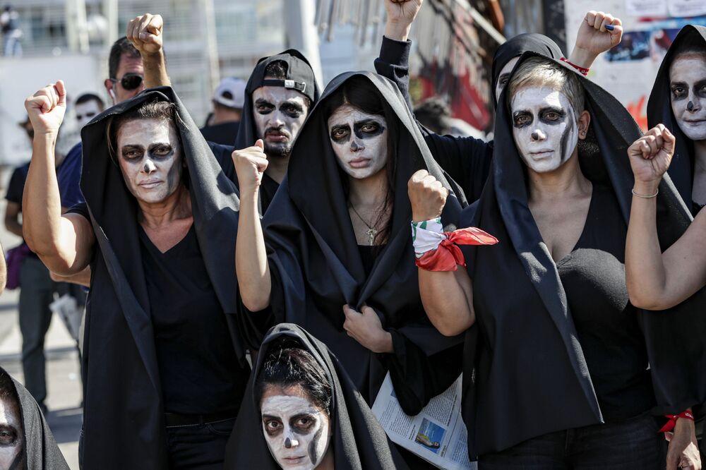 Manifestantes se fantasiam com tema fúnebre em protesto contra o governo libanês na capital Beirute. O país tem vivido manifestações devido à piora das condições econômicas locais