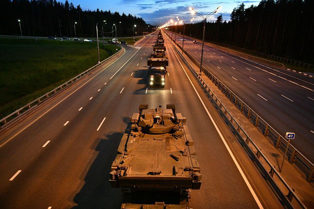 Veículos blindados russos se dirigindo para ensaio da Parada da Vitória em Moscou