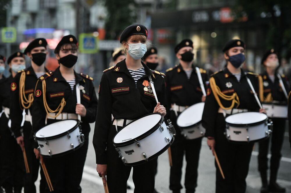 Tambores de associação militar juvenil russa durante ensaio para a Parada da Vitória em Simferopol