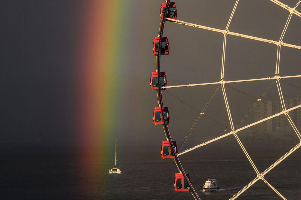 Arco-íris surge em fundo de roda gigante em Hong Kong