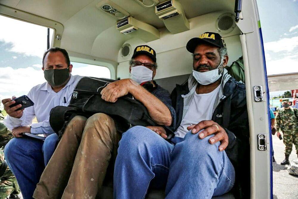 José Ivan Albuquerque (à direita) e Daniel Max Guggenheim (ao centro) após serem libertados pelo Exército colombiano de sequestro