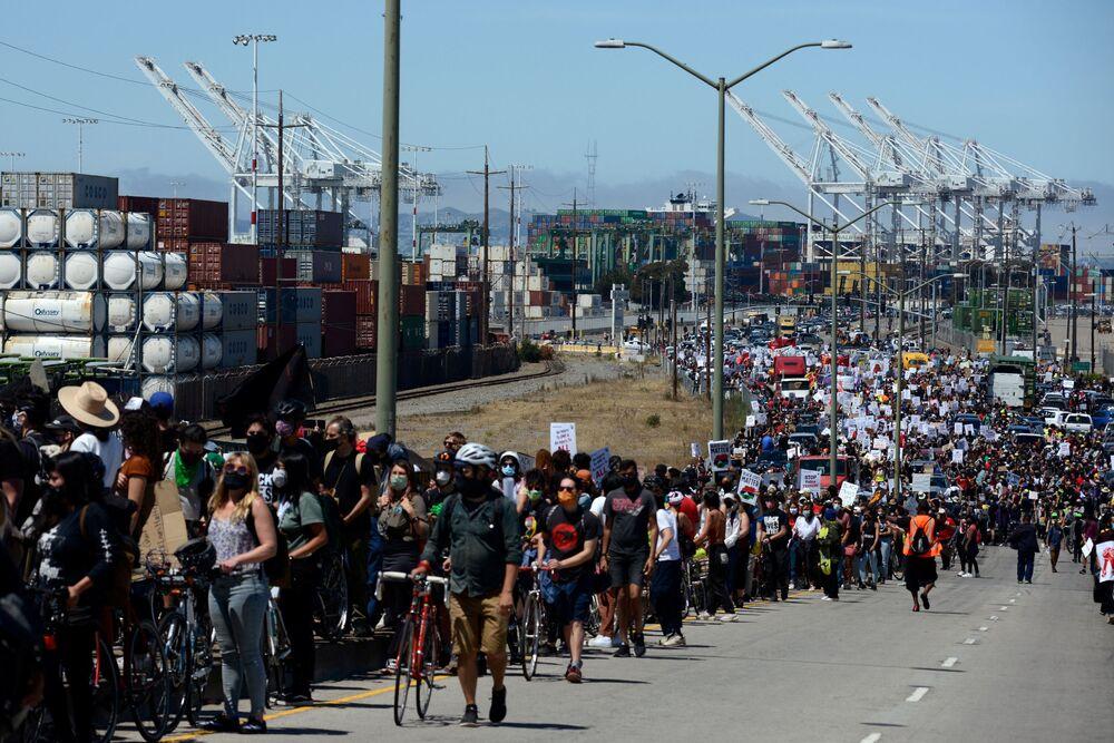 Milhares de pessoas fazem marcha no porto de Oakland, EUA, para protestar contra a desigualdade racial