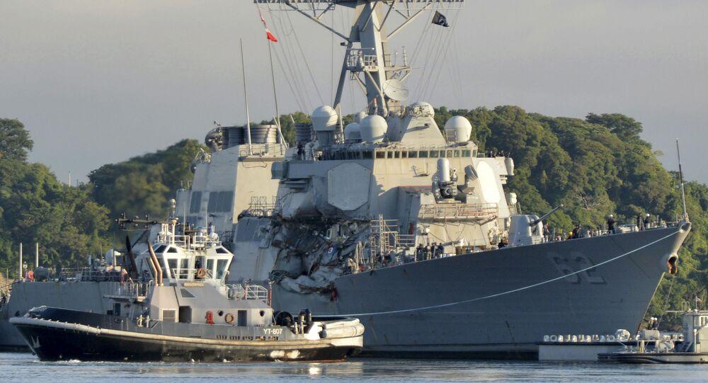 Destroier USS Fitzgerald (DDG62) durante obras de reparo após colisão com navio mercante (foto de arquivo)