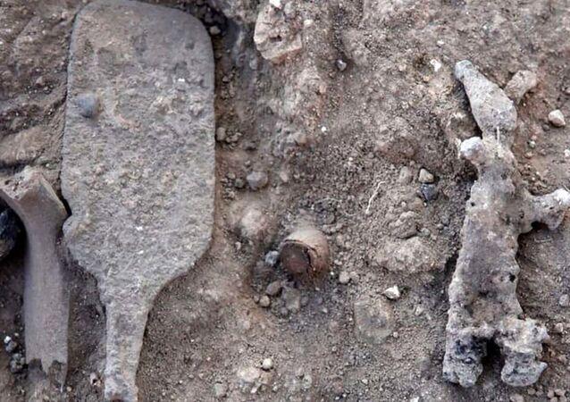 Cetro de bronze descoberto em sítio arqueológico de Laquis, em Israel
