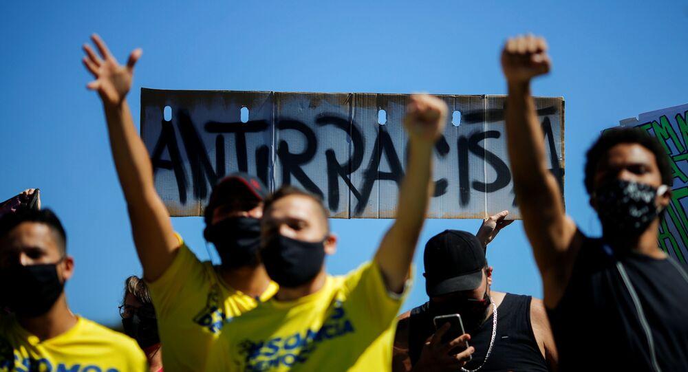 Em Brasília, manifestantes antirracistas levantam os punhos durante protesto contra o presidente Jair Bolsonaro, em 21 de junho de 2020.