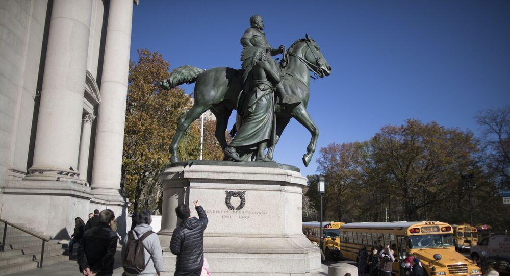 Estátua de Theodore Roosevelt em frente ao Museu de História Natural de Nova York