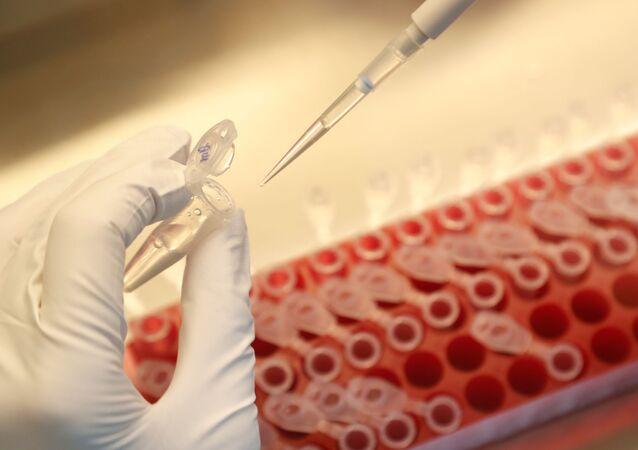Cientista dilui amostras durante a pesquisa e desenvolvimento de uma vacina contra a doença do coronavírus (COVID-19) em um laboratório da empresa de biotecnologia BIOCAD em São Petersburgo, Rússia, 11 de junho de 2020