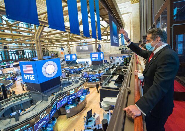 Governador de Nova York, Andrew Cuomo, toca o sino na Bolsa de Valores de Nova York assinalando a primeira sessão desde março, enquanto o surto do novo coronavírus prossegue na ilha de Manhattan, Nova York, EUA, 26 de maio de 2020