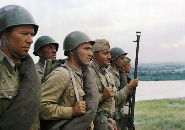 Soldados do Batalhão marcham na beira do rio Dom, no filme Eles Lutaram pela Pátria, de Sergei Bondarchuk