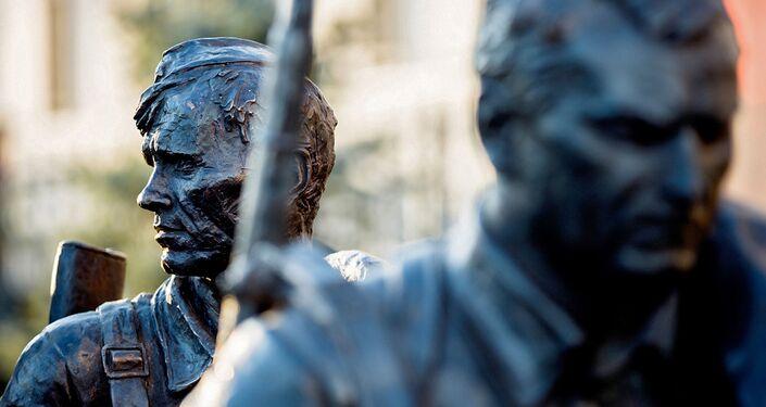 Detalhe do monumento erguido em homenagem aos personagens do filme Eles Lutaram pela Pátria, na frente do Ministério da Defesa da Rússia, em Moscou