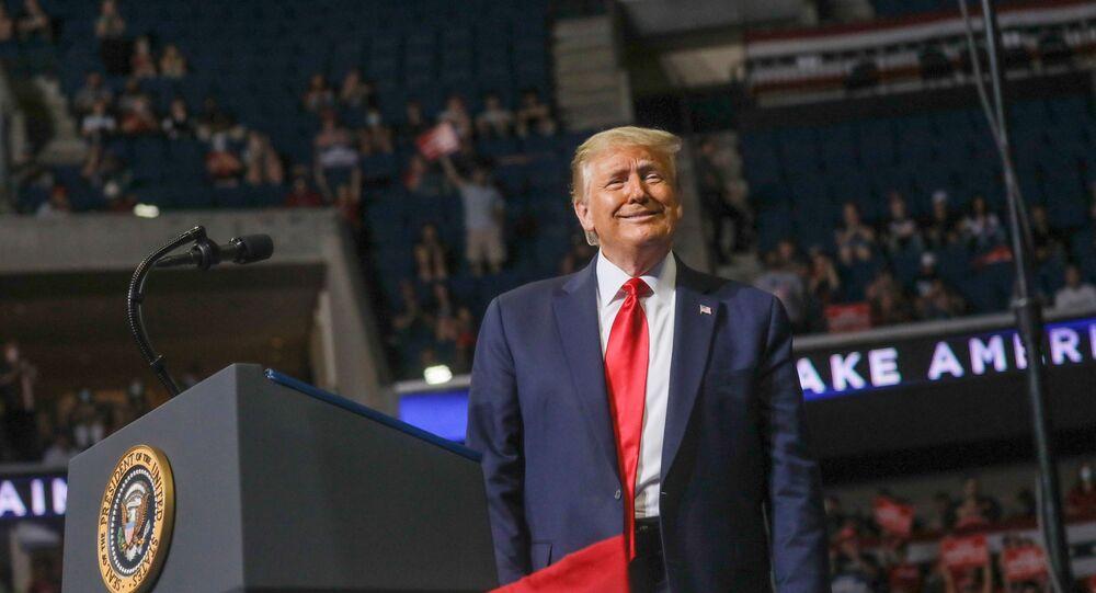 Presidente dos EUA, Donald Trump, sorri para a multidão durante campanha de reeleição, Oklahoma, EUA, 20 de junho de 2020