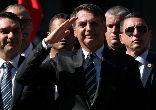 Presidente Jair Bolsonaro participa do aniversário da Escola Militar do Rio ao lado do filho, o senador Flávio Bolsonaro