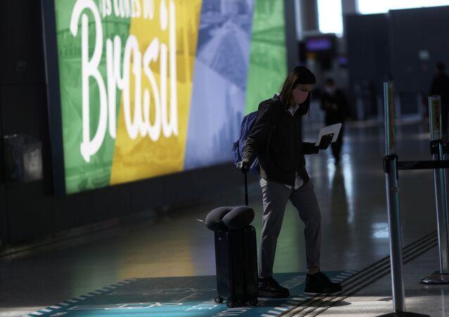Passageira no Aeroporto Internacional de Guarulhos, em Guarulhos, perto de São Paulo, Brasil, 25 de maio de 2020