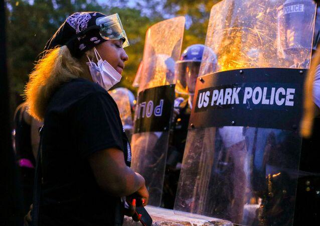 Manifestante em frente à polícia no Parque Lafayette da capital, Washington D.C, 22 de junho de 2020