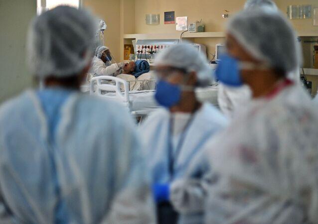 Paciente com COVID-19 é tratado no Hospital Oceânico, em Niterói, no Rio de Janeiro, 22 de junho de 2020