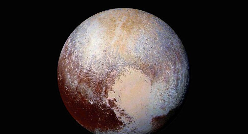 Imagem de Plutão composta por quatro fotos do satélite LORRI da New Horizons tiradas em julho de 2015, combinadas com dados de cores do instrumento Ralph para criar esta visão global de cores aprimorada