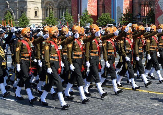 Soldados indianos marchando na Parada dos 75 anos da Vitória na Praça Vermelha em Moscou