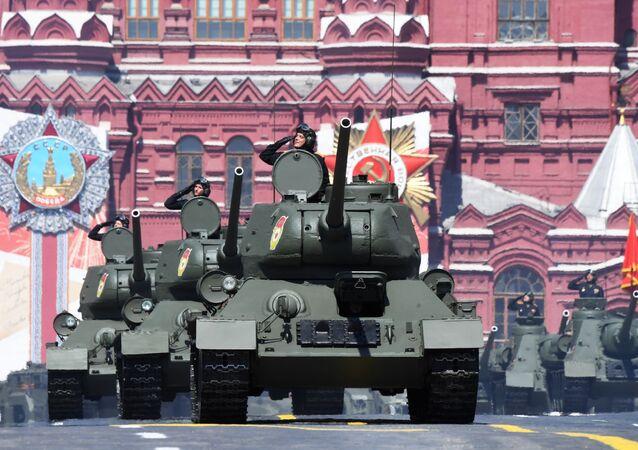 Tanques T-34-85 durante a Parada dos 75 anos da Vitória na Praça Vermelha em Moscou