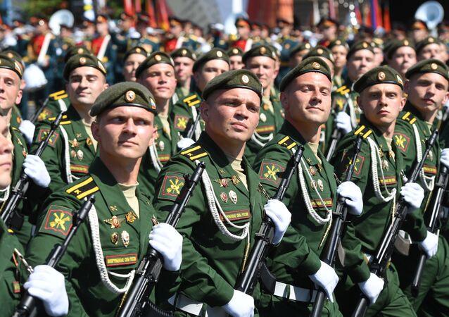 Soldados russos marchando na Parada dos 75 anos da Vitória na Praça Vermelha em Moscou