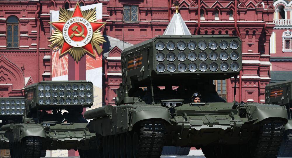 Sistema lançador múltiplo de foguetes TOS-1A Solntsepyok durante a Parada dos 75 anos da Vitória na Praça Vermelha em Moscou