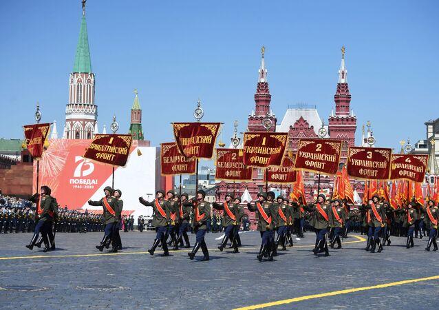 Militares em trajes históricos, com estandartes dos fronts durante a Parada da Vitória na Praça Vermelha