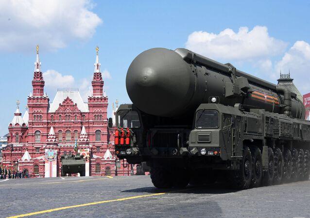 Um sistema de mísseis balísticos intercontinentais Yars russo desfila na Parada do Dia da Vitória na Praça Vermelha em Moscou, Rússia, 24 de junho de 2020