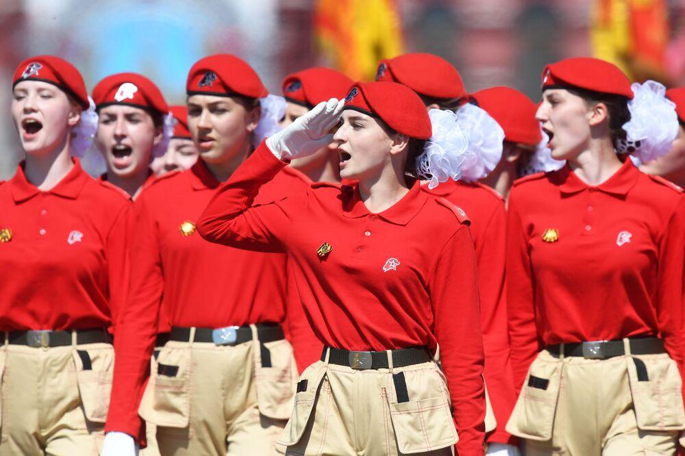 Integrantes do movimento nacional patriótico Exército Jovem desfilam durante a Parada da Vitória em 24 de junho de 2020