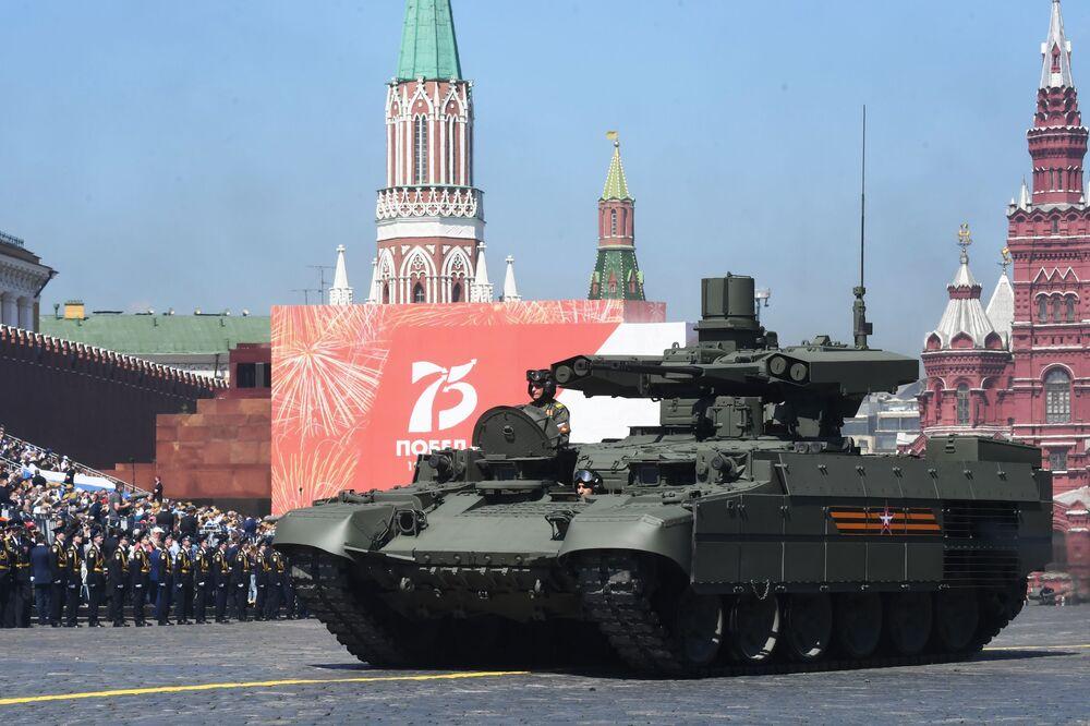 Veículo russo de apoio de tanques Terminator passa pela Praça Vermelha durante comemorações do fim da Grande Guerra pela Pátria