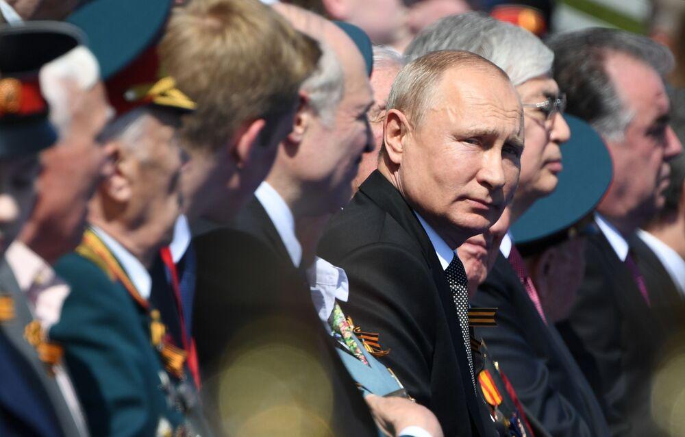 Presidente russo Vladimir Putin participa na Praça Vermelha da Parada Militar da Vitória na Grande Guerra pela Pátria