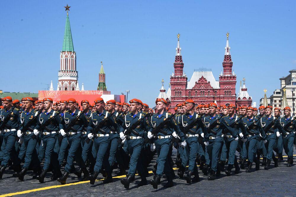 Soldados participam do desfile da Vitória em Moscou em 24 de junho de 2020