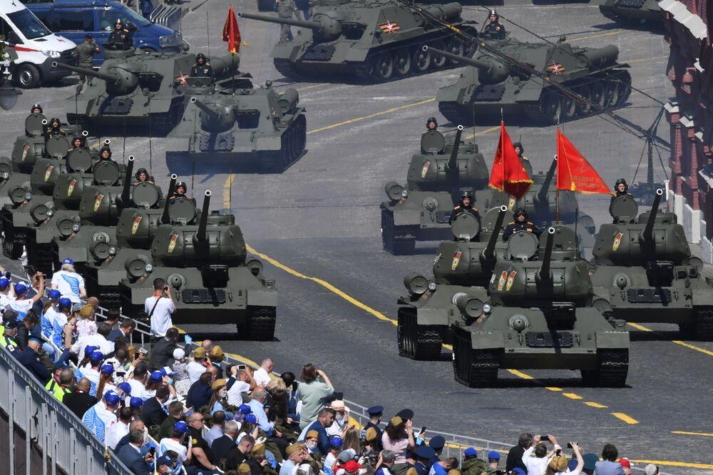 Tanques T-34-85 cruzam a Praça Vermelha durante celebrações do fim da Grande Guerra pela Pátria