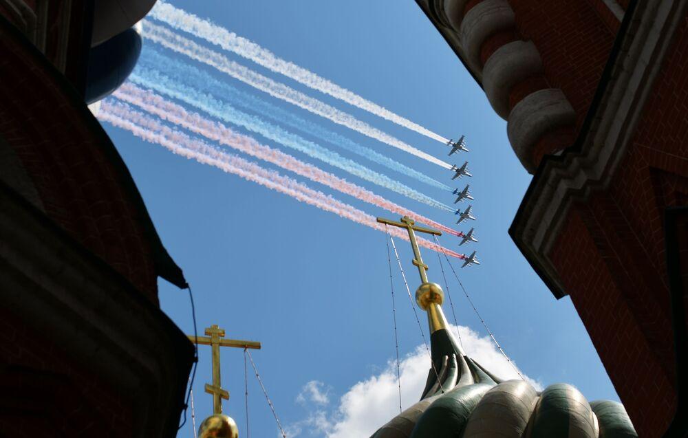 Jatos Su-25 no desfile aéreo de comemoração do 75º aniversário do fim da Grande Guerra pela Pátria