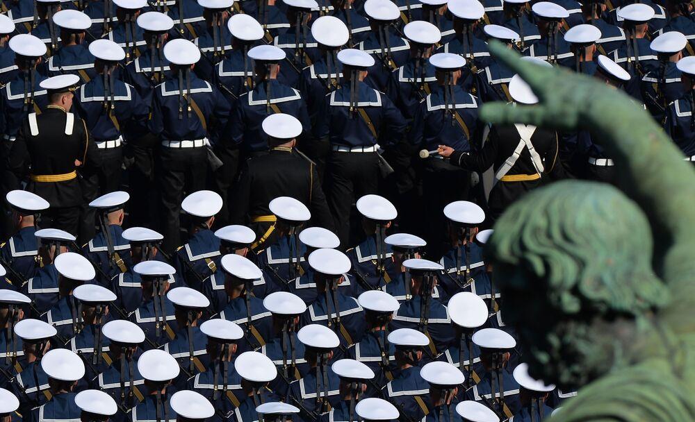 Militares participam de cerimônia pelos 75 anos do fim da Grande Guerra pela Pátria em Moscou