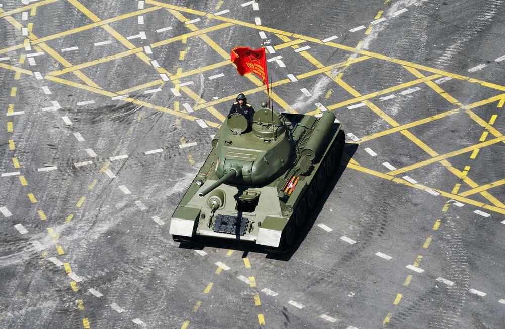 Tanque T-34-85 passa pela Praça Vermelha na Parada do 75º aniversário da Vitória na Grande Guerra Pela Pátria