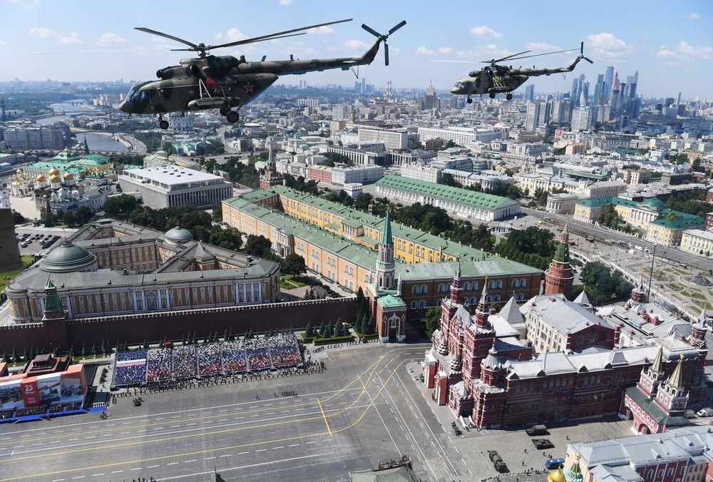Helicópteros Mi-8 durante o desfile aéreo da Parada Militar pelo fim da Grande Guerra pela Pátria
