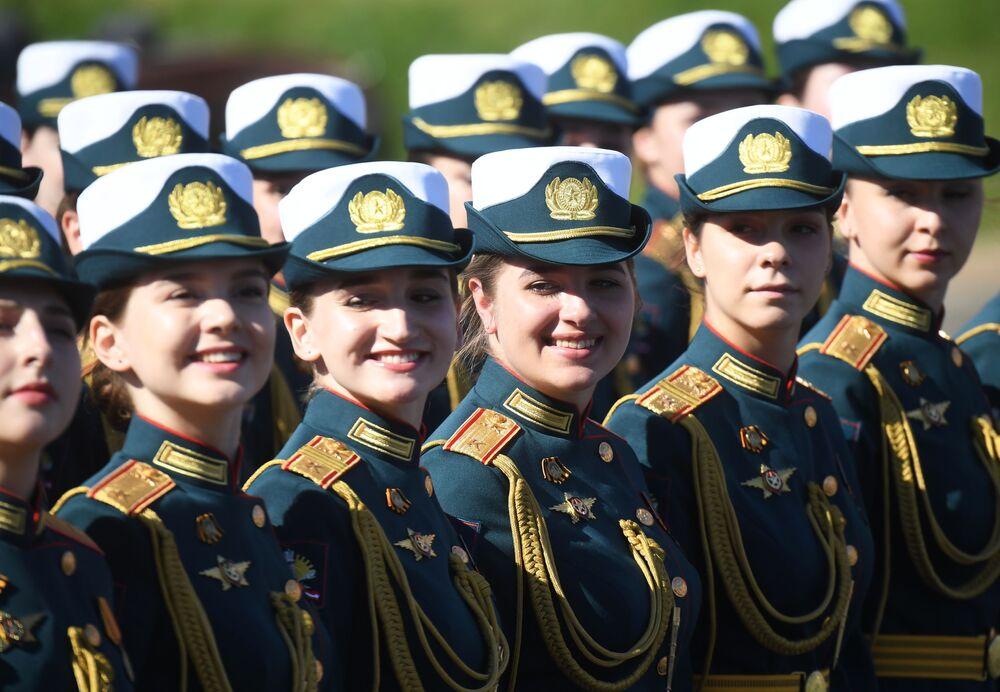 Membros das Forças Armadas russas participam da Parada pelo 75º aniversário do fim da Grande Guerra pela Pátria