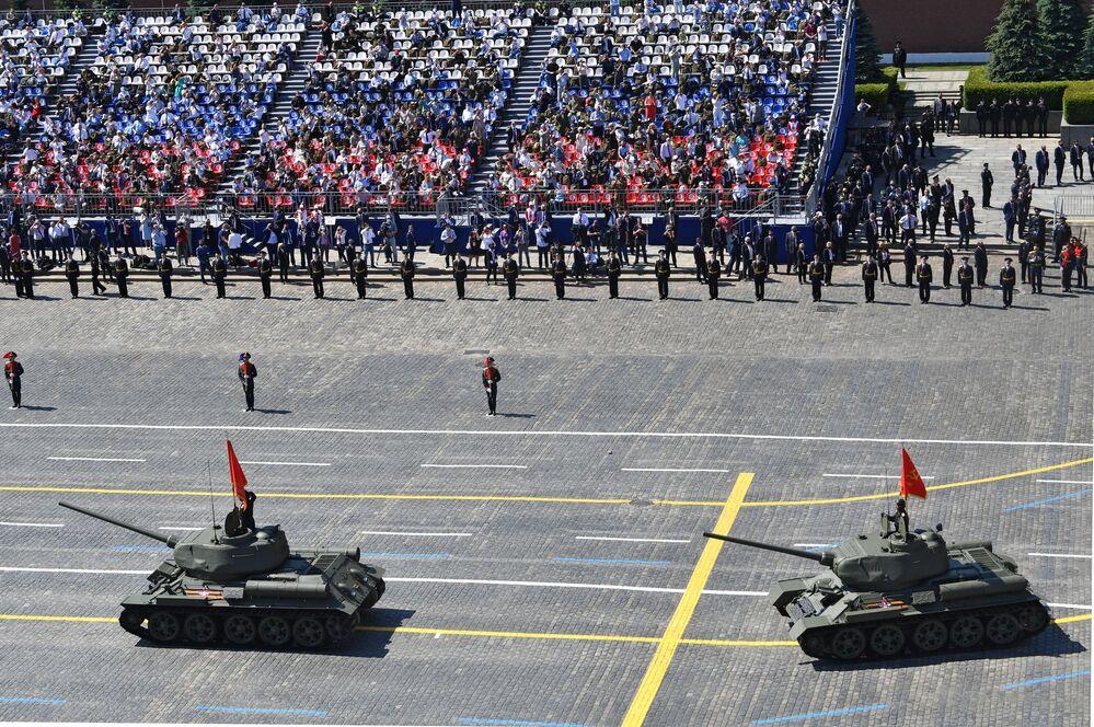 Praça Vermelha presencia passagem de tanques T-34-85 como parte da Parada da Vitória na Grande Guerra pela Pátria