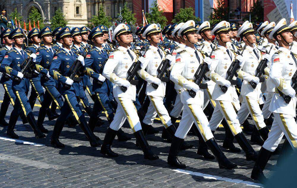 Participantes da China desfilam na Parada pela Vitória na Grande Guerra pela Pátria