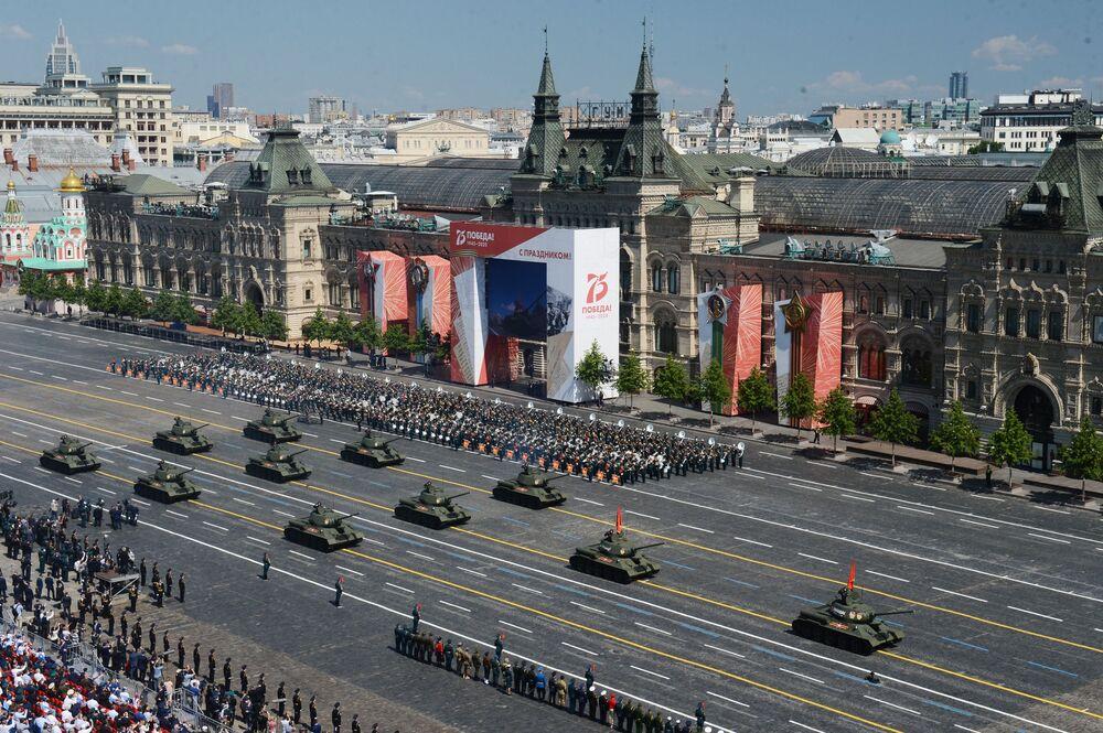 Parada pelos 75 anos do fim da Grande Guerra pela Pátria recebe tanques T-34-85