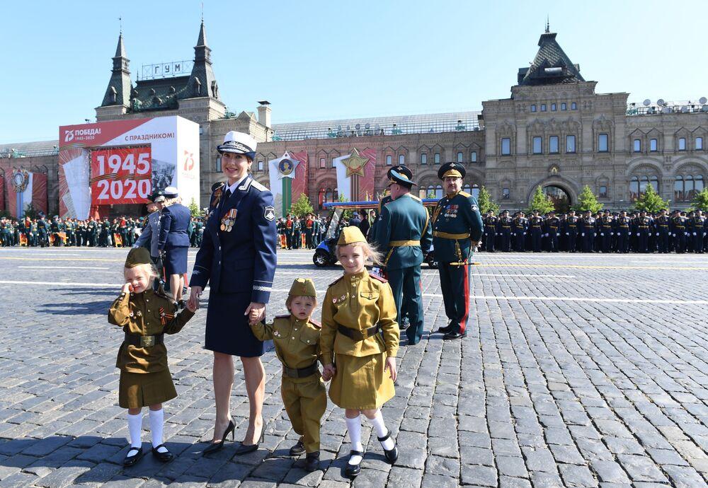 Crianças com uniformes militares participam da Parada militar pelos 75 anos do fim da Grande Guerra pela Pátria