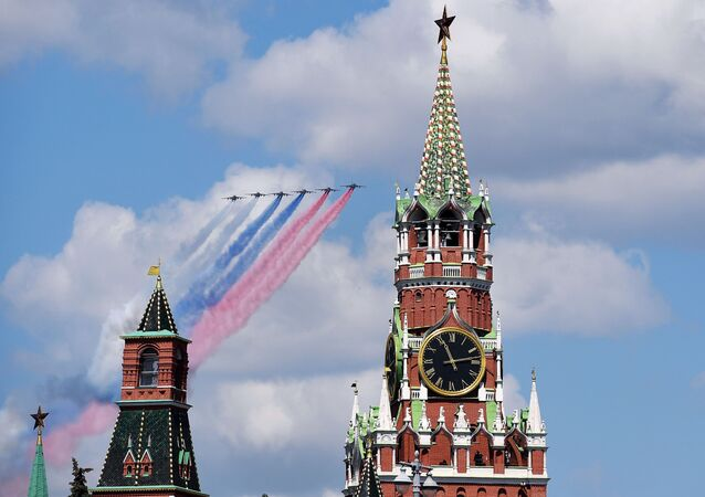 Aviões a jato Su-25BM sobrevoam a Praça Vermelha, marcando no céu as cores da bandeira russa